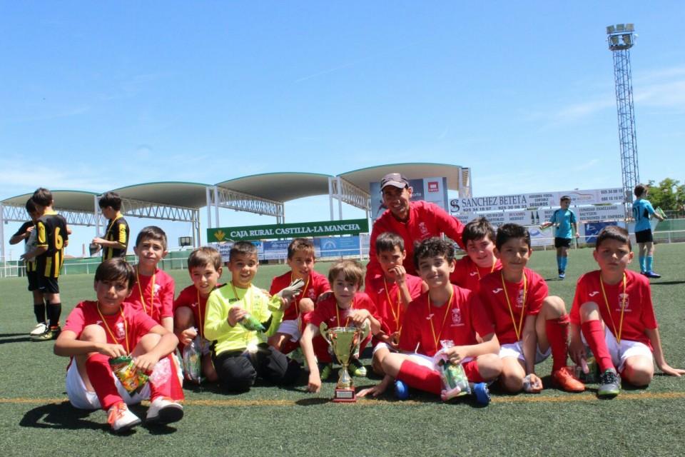 El equipo de F7 Benjamín recibe el trofeo de la deportividad en el torneo de Mora