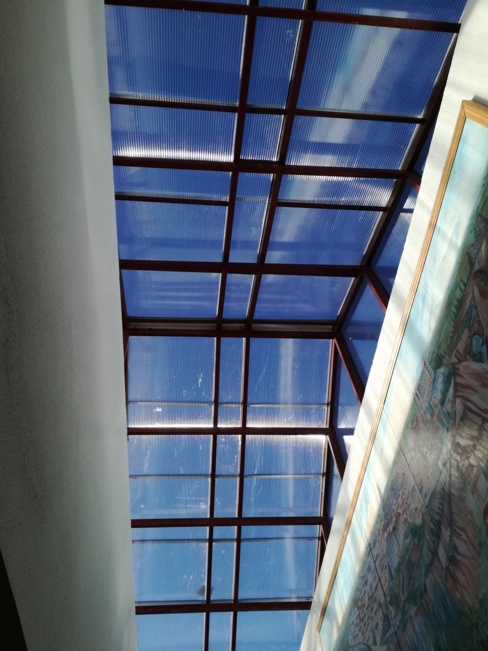 La junta de Castilla-La Mancha acondiciona la claraboya del colegio público La Fuente