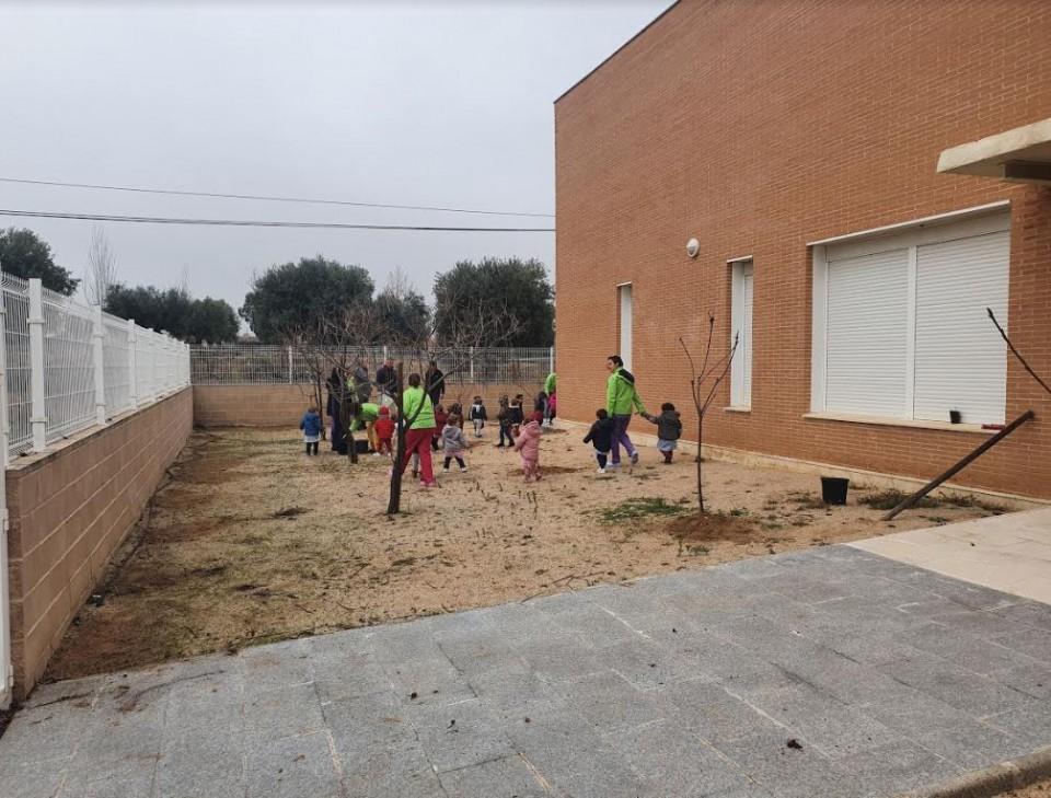 El Ayuntamiento de Nambroca crea un huerto de árboles frutales en la Escuela Infantil